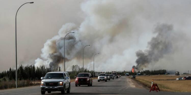 Des habitants de l'Alberta évacués en convoi
