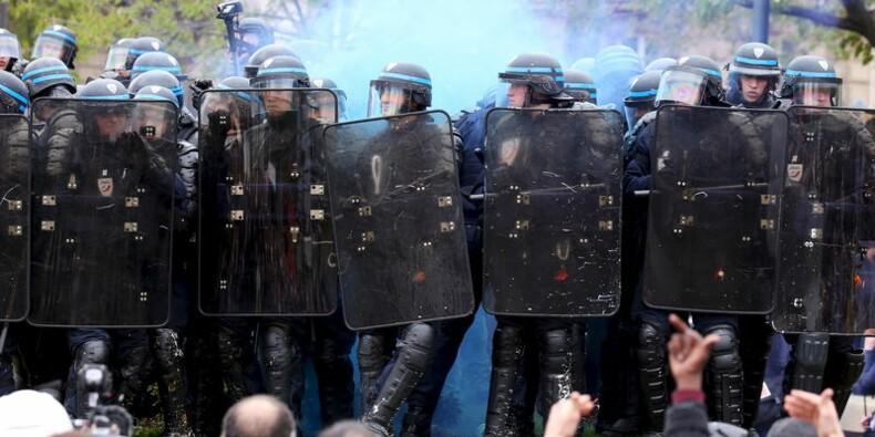 """Cazeneuve déplore une campagne """"irresponsable"""" contre la police"""