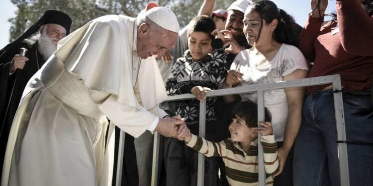 Douze réfugiés syriens quittent Lesbos en compagnie du pape