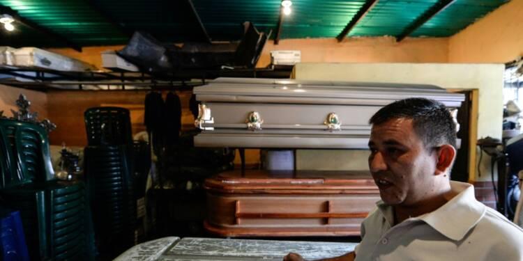 Des cercueils en carton: au Venezuela, même mourir coûte trop cher