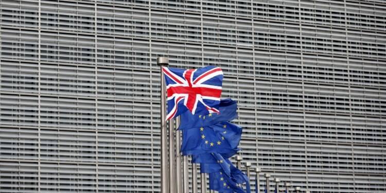 Le camp des anti-Brexit reste en tête, mais l'écart se réduit
