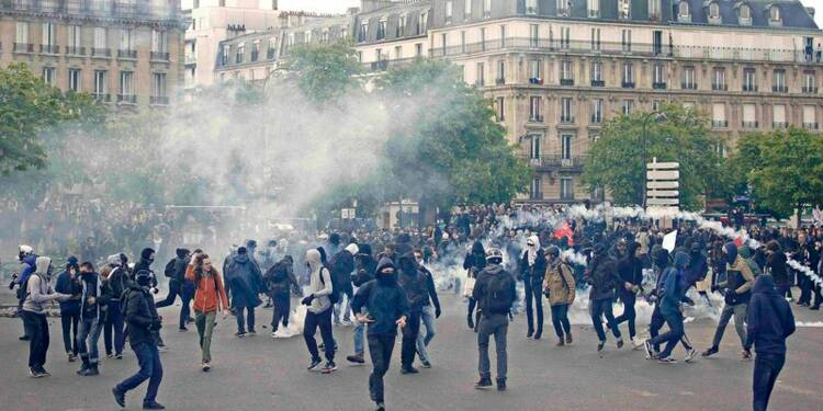 Un policier grièvement blessé lors de heurts à Paris