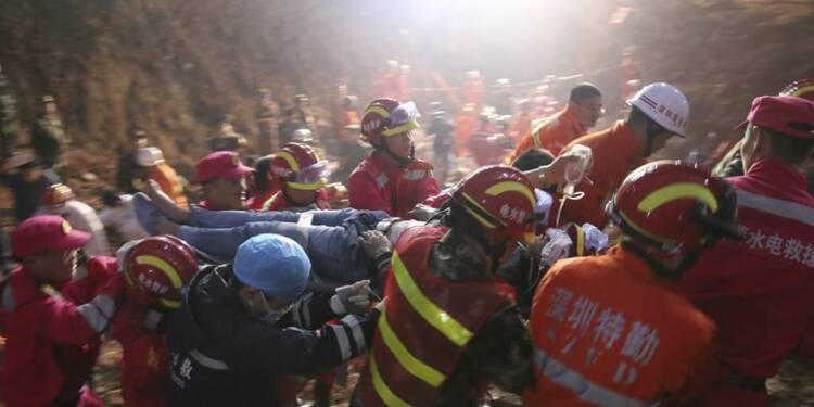 Un survivant extrait de la boue à Shenzhen