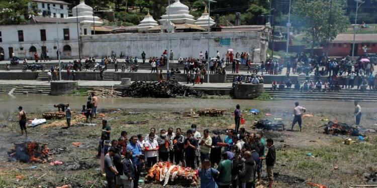 Le séisme au Népal fait plus de 3.700 morts, exode à Katmandou