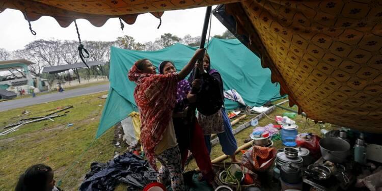 La pluie gêne les secours au Népal, près de 5.500 morts