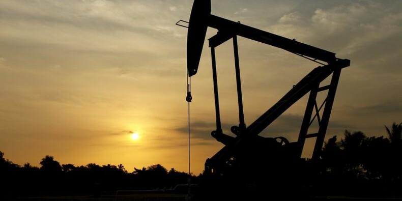 Les cours du pétrole pourraient encore baisser, selon l'AIE