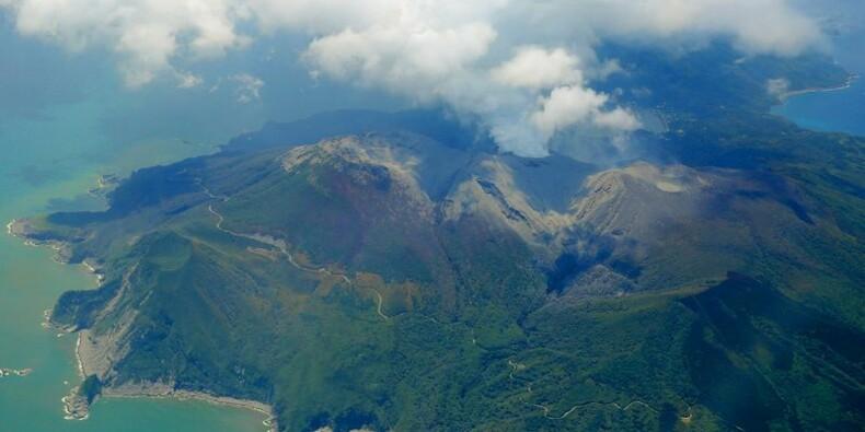 Un volcan entre en éruption sur une île reculée du Japon