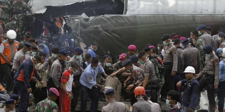 Au moins 55 morts dans le crash d'un avion militaire indonésien