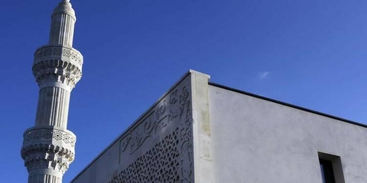 Marine Le Pen pour le gel de la construction de mosquées