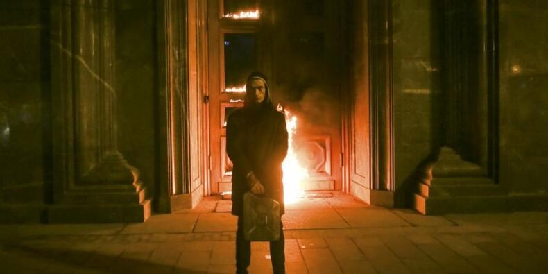 Un artiste russe arrêté après avoir mis le feu aux portes du FSB