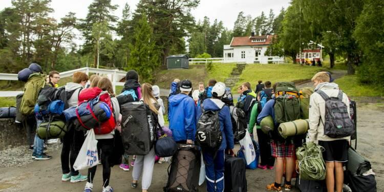 Les jeunes travaillistes reviennent sur l'île d'Utoya en Norvège