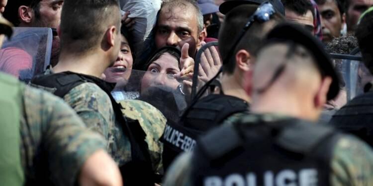La police macédonienne repousse puis laisse entrer des migrants