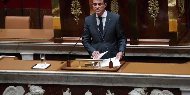 Paris frappera en Syrie sans renforcer Assad, dit Manuel Valls