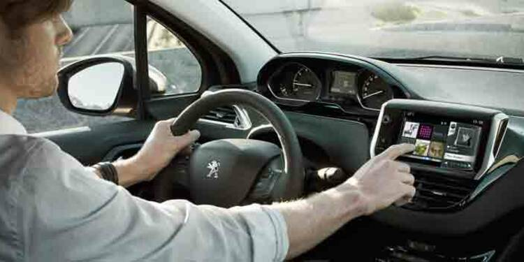 Les gros enjeux de la voiture connectée sous les spots du Mondial de l'auto
