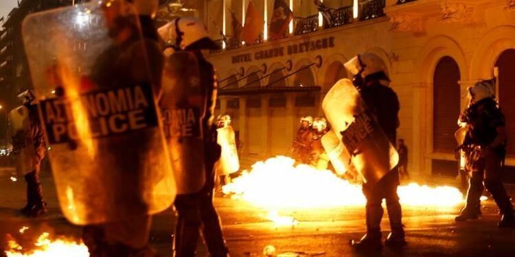 Violente manifestation devant le Parlement à Athènes