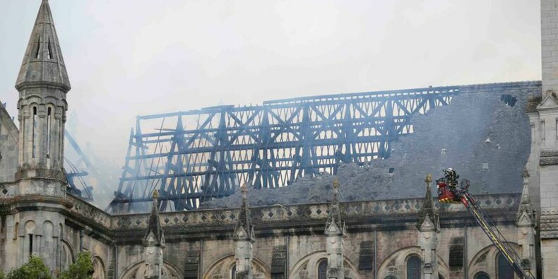 La toiture d'une basilique dévastée par un incendie à Nantes