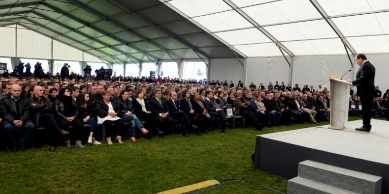 """La France, """"grande famille"""" bouleversée, dit Hollande en Gironde"""