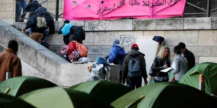 Plus de 800 migrants évacués dans le calme à Paris