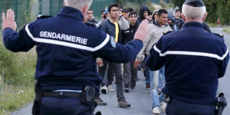 Moins de tension à Calais, mais les migrants ne désarment pas