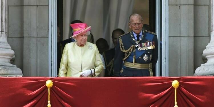 """Buckingham fustige la une du Sun sur le """"salut nazi"""" de la reine"""