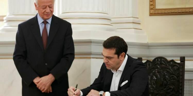 Tsipras prête serment en Grèce, évoque la crise migratoire