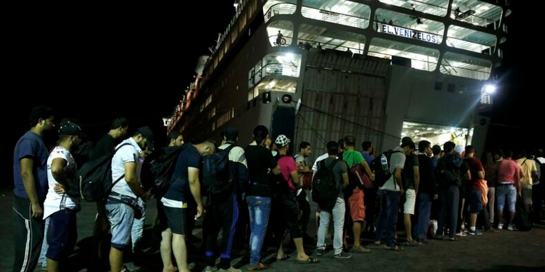 Des réfugiés syriens embarquent sur un ferry grec à Kos