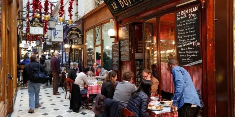 A Paris, la vie tente de reprendre son cours