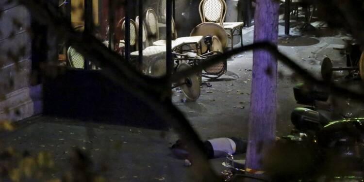 """L'Etat islamique revendique les attentats, Hollande dénonce un """"acte de guerre"""""""
