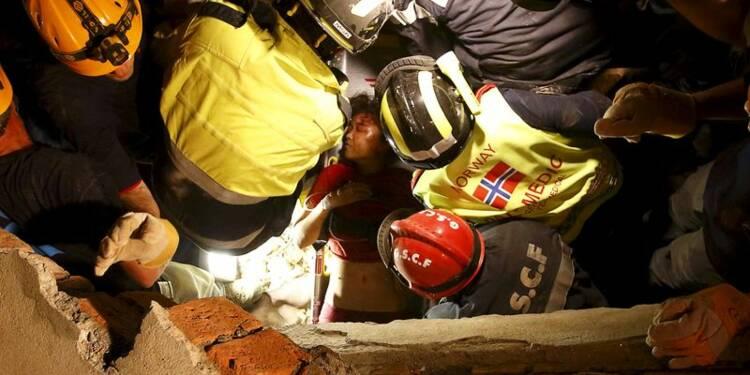 Deux survivants retrouvés à Katmandou, l'aide progresse lentement