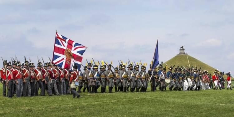 Les ennemis d'hier se serrent la main à Waterloo