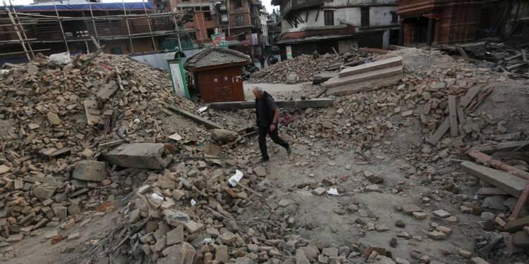 Le bilan s'alourdit au Népal, l'aide internationale s'organise