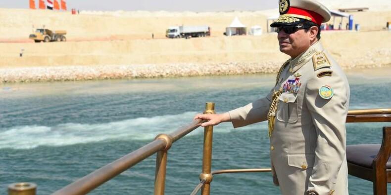 """En Egypte, Sissi inaugure le """"nouveau"""" canal de Suez"""