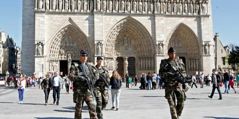 Valls à Villejuif après l'attentat déjoué contre des églises
