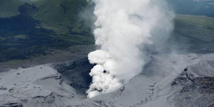 Le mont Aso entre en éruption au Japon