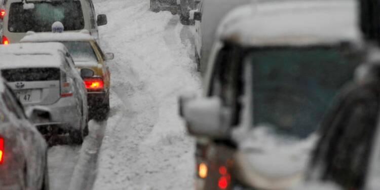 La neige piège des milliers d'automobilistes en Savoie