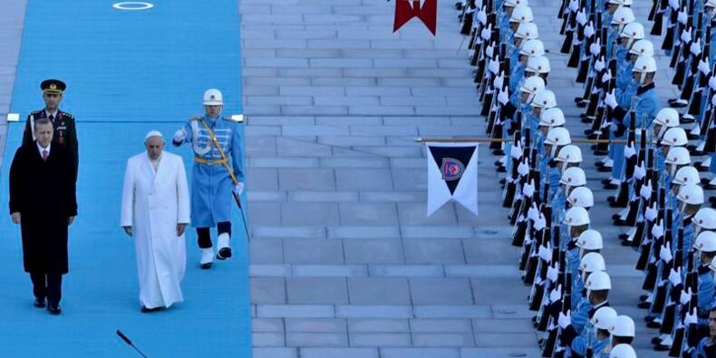 """Le pape fustige la """"violence barbare"""" de l'Etat islamique"""