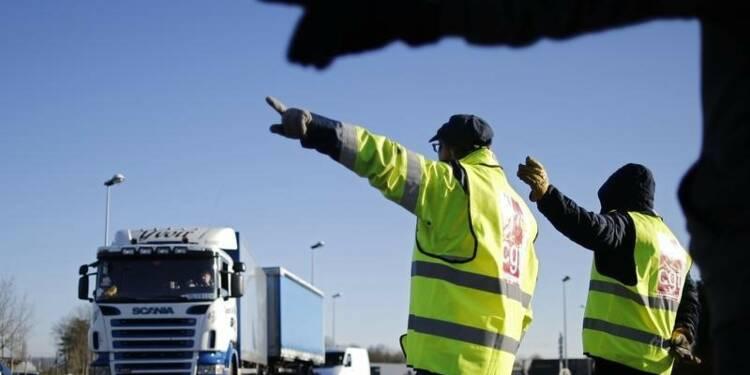 Les syndicats de routiers relancent leurs blocages