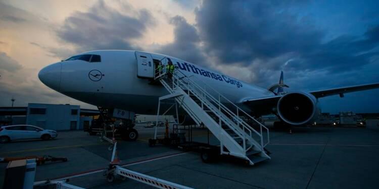 La baisse des prix des billets et une grève plombent Lufthansa
