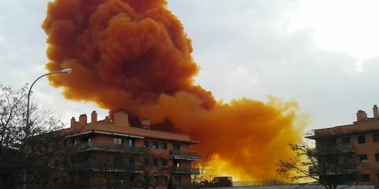 Nuage toxique orange après une explosion chimique en Catalogne