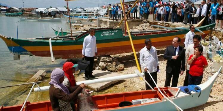 Hollande rencontre des victimes du typhon Haiyan aux Philippines