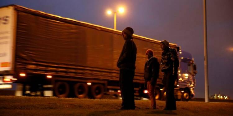 Début de l'érection d'une barrière anti-migrants à Calais