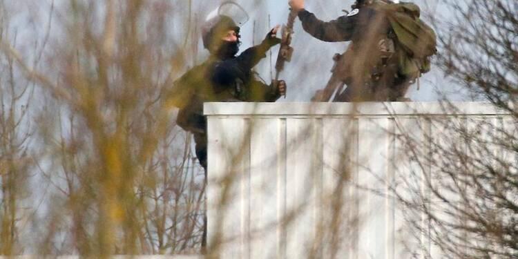 Charlie Hebdo: tirs dans le bâtiment où sont les deux suspects