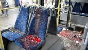 Un trolleybus touché par un obus à Donetsk, au moins huit morts