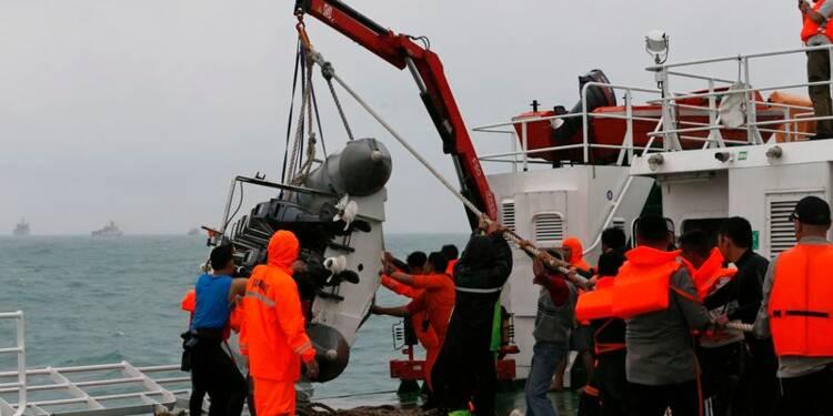 Une cinquième pièce de l'avion d'AirAsia repérée en mer de Java