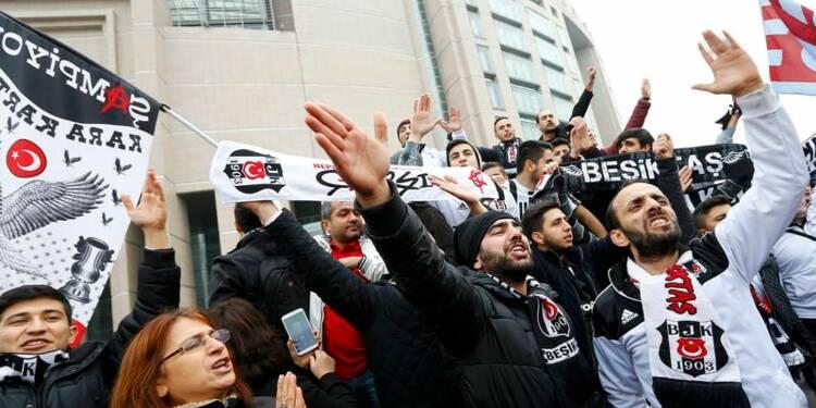 Trente-cinq supporters de football jugés pour sédition en Turquie