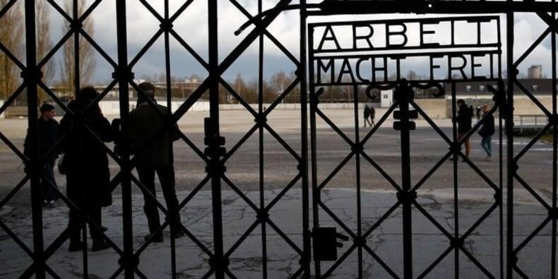 """Vol à Dachau d'une porte avec le slogan """"Arbeit macht frei"""""""