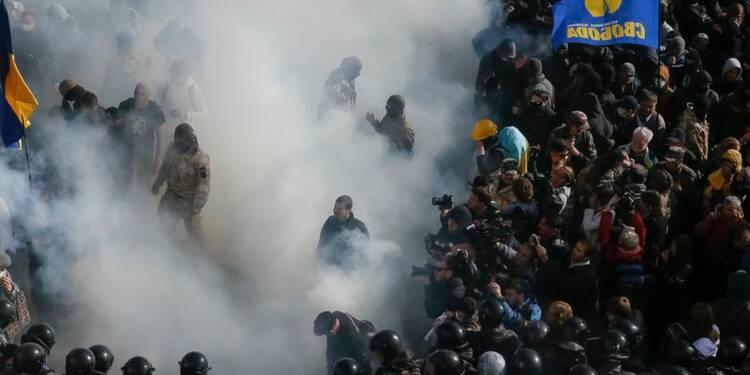 L'Ukraine légifère contre la corruption, des heurts éclatent