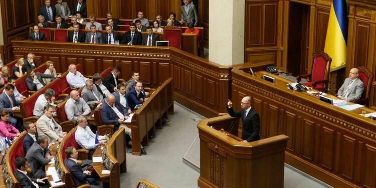 Le Parlement ukrainien dans l'attente, combats à Donetsk