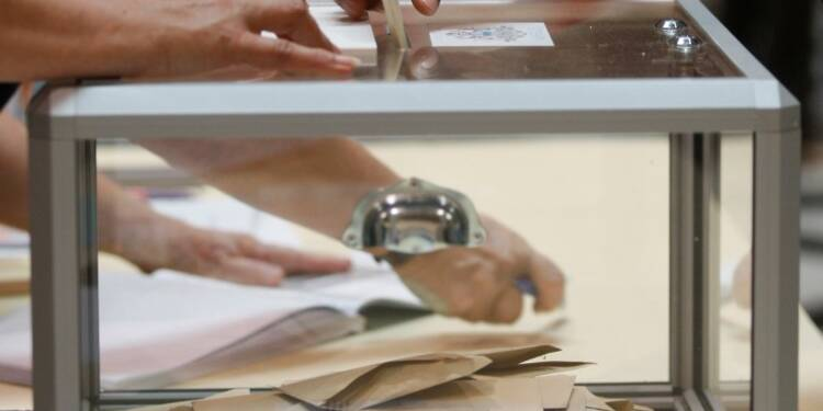 Les électeurs UMP et FN prêts à des alliances, selon un sondage