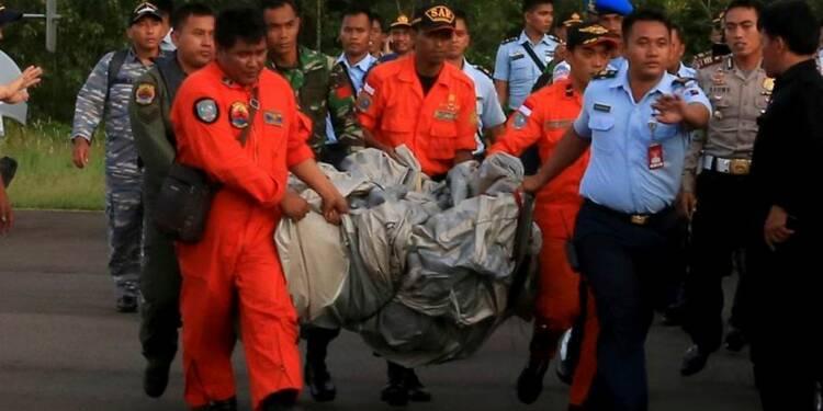 Des corps et des débris du vol d'AirAsia retrouvés en mer